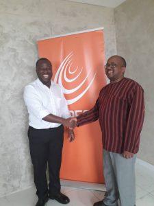 Poignée de main entre Aloys Habimana, représentant ICNL et Hermann Kékéré, Président de GAPP Afrique